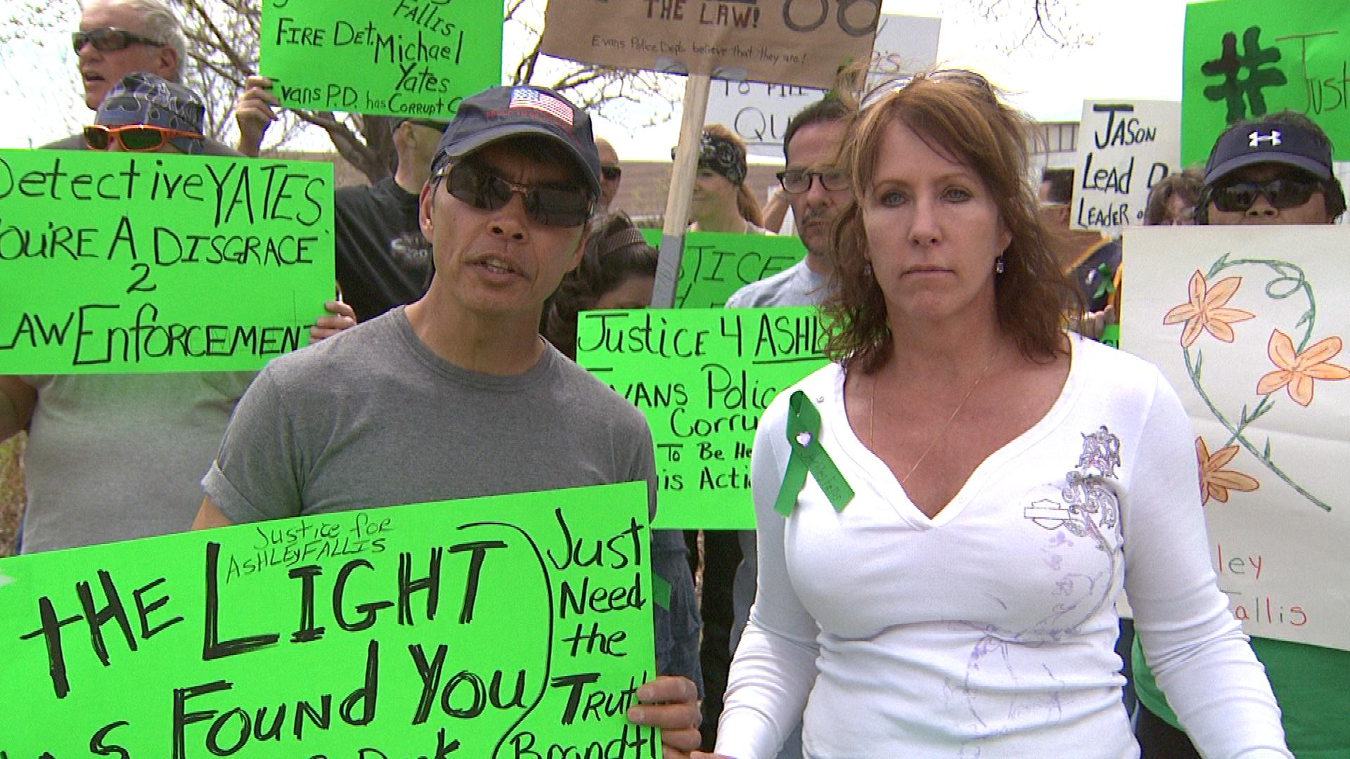 Joel Raguindin, Ashley's father, and Jenna Fox, Ashley's mother during Sunday's protest (credit: CBS)