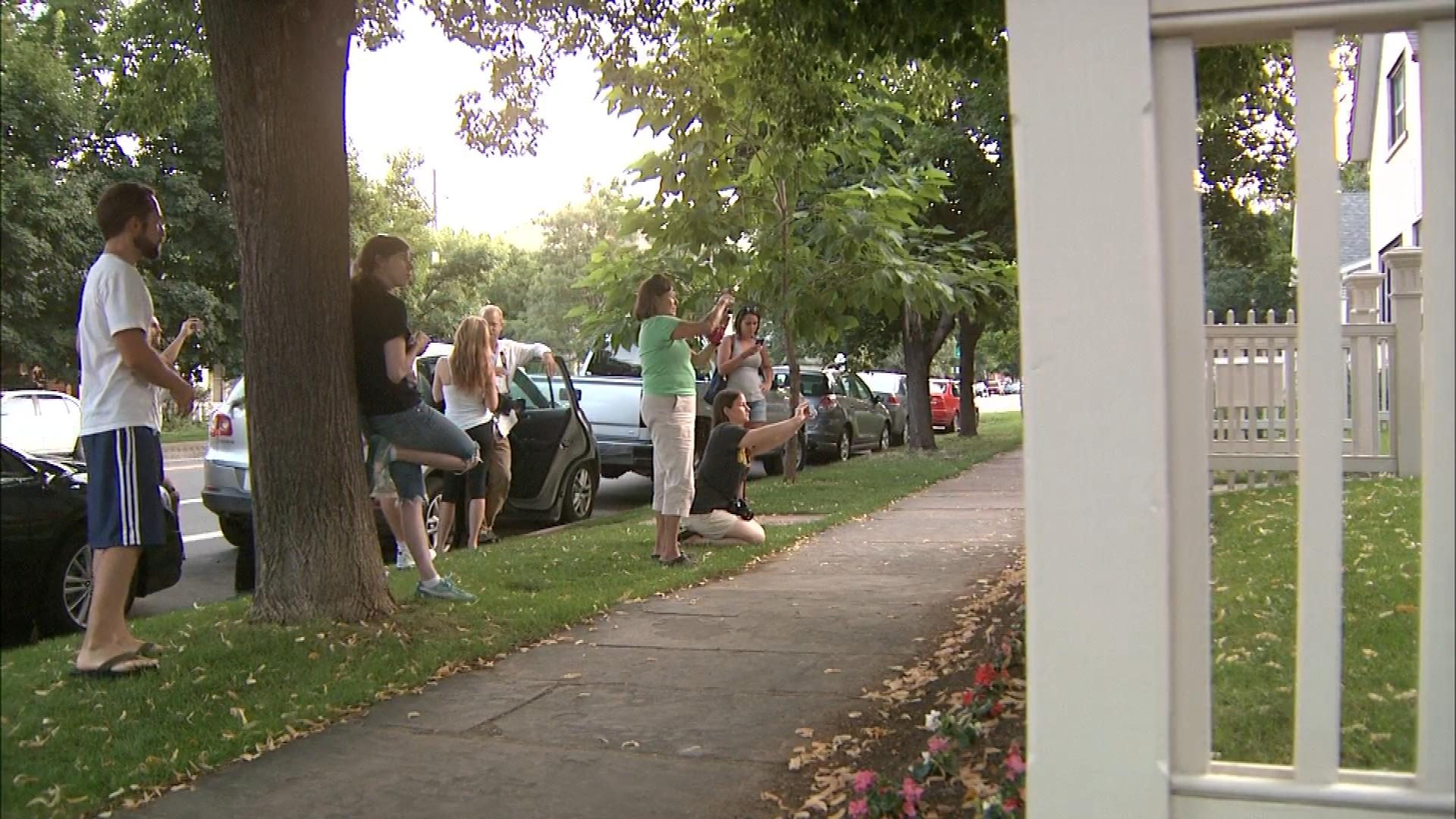 Robin Williams fans at the Mork & Mindy House in Boulder (credit: CBS)