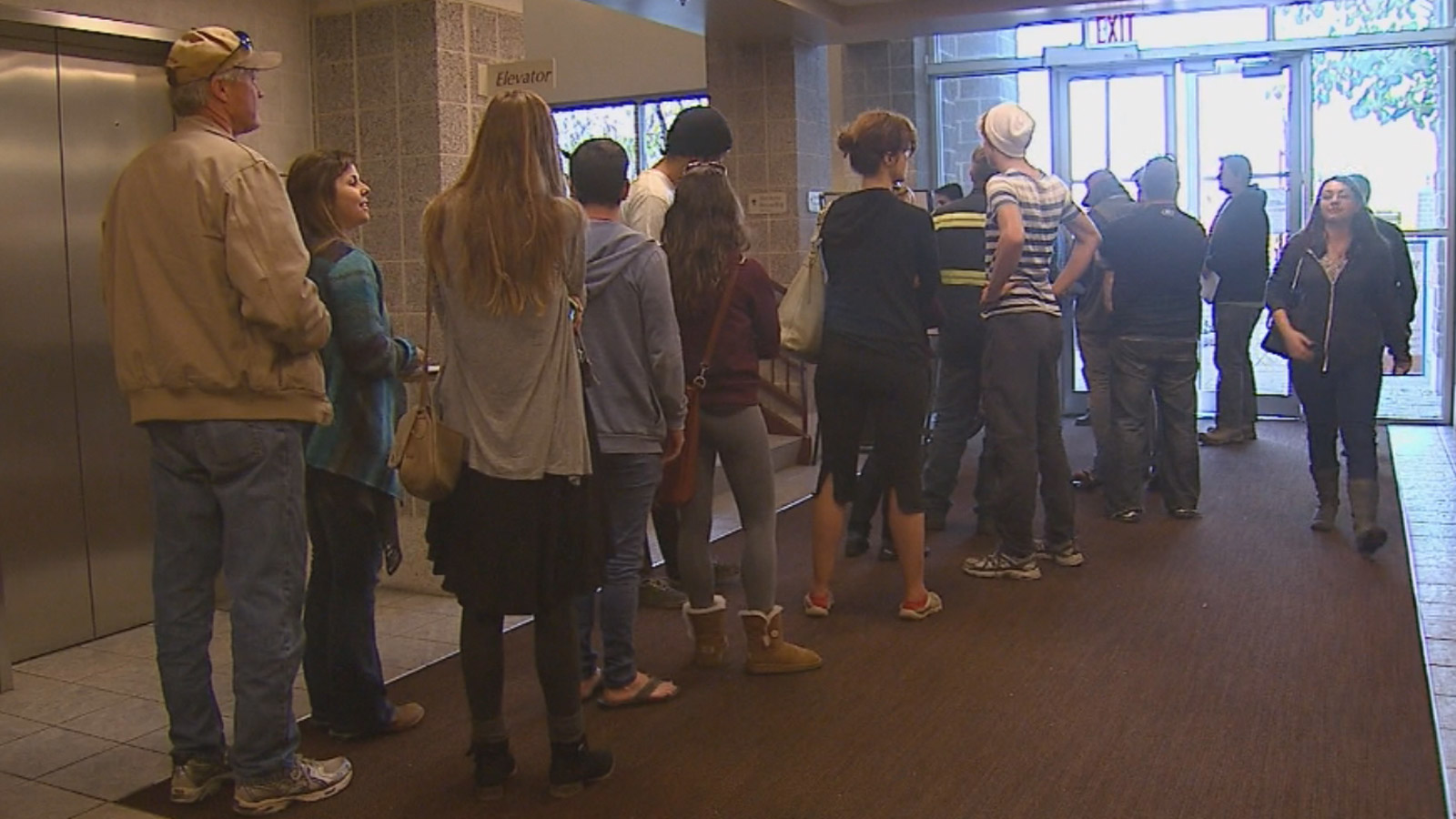 Voters in Boulder lined up to cast their ballots (credit: CBS)