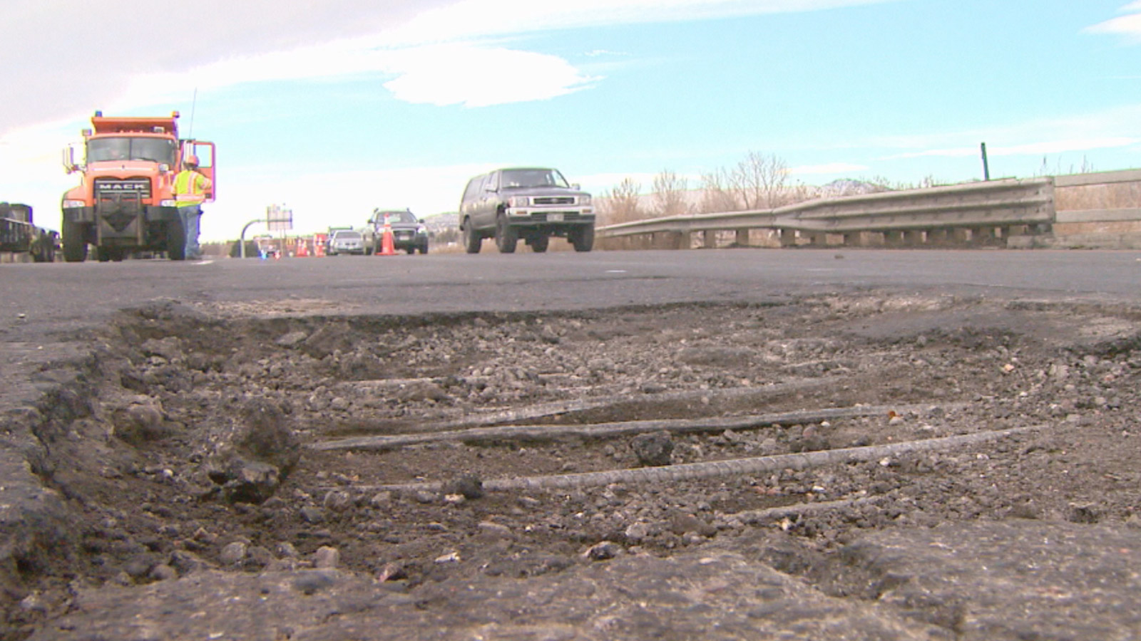 The pothole in the eastbound lanes of I-70 at 32nd Ave. (credit:  CBS)