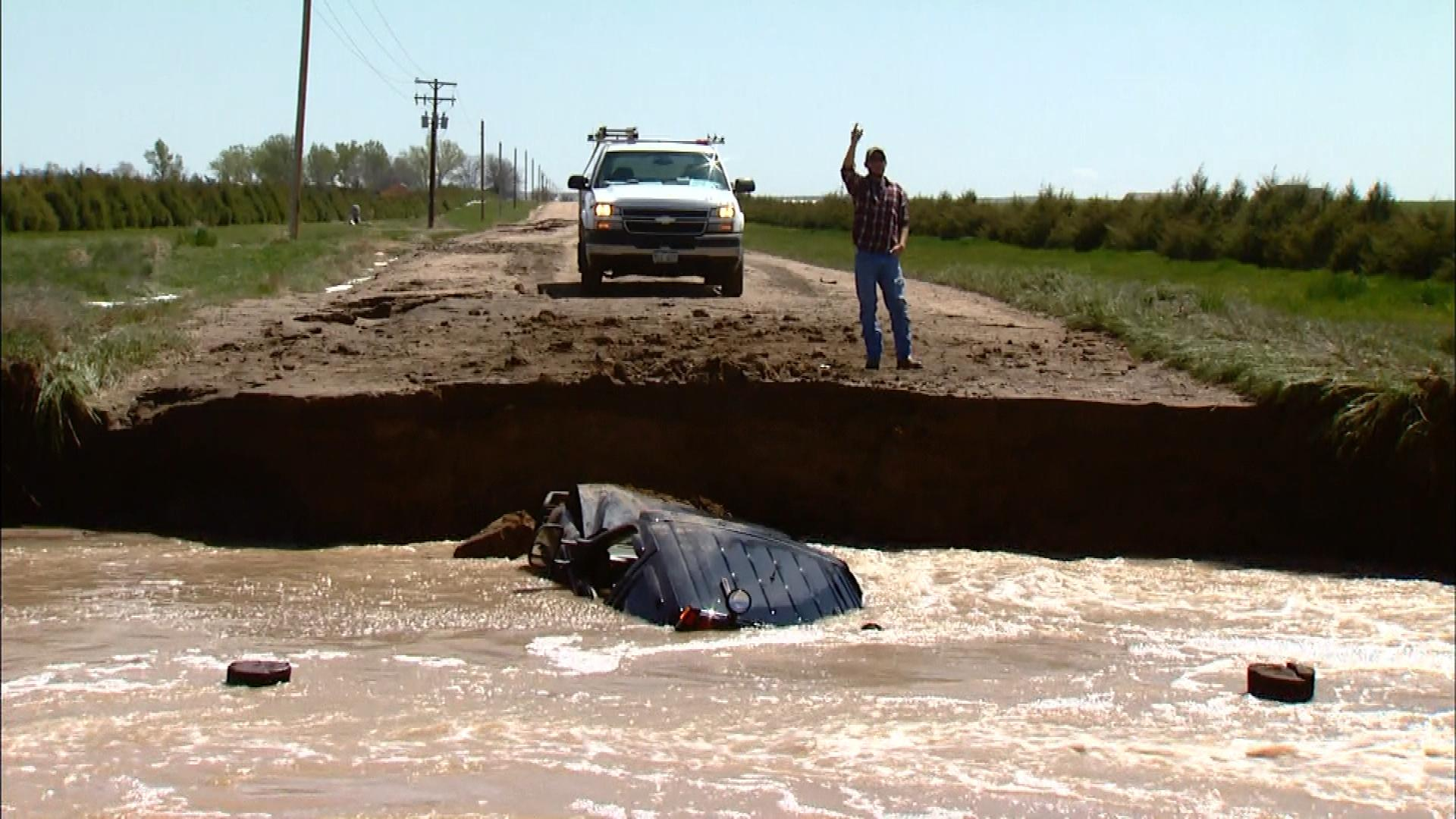 A Jeep caught in a flood south of Wiggins (credit: CBS)