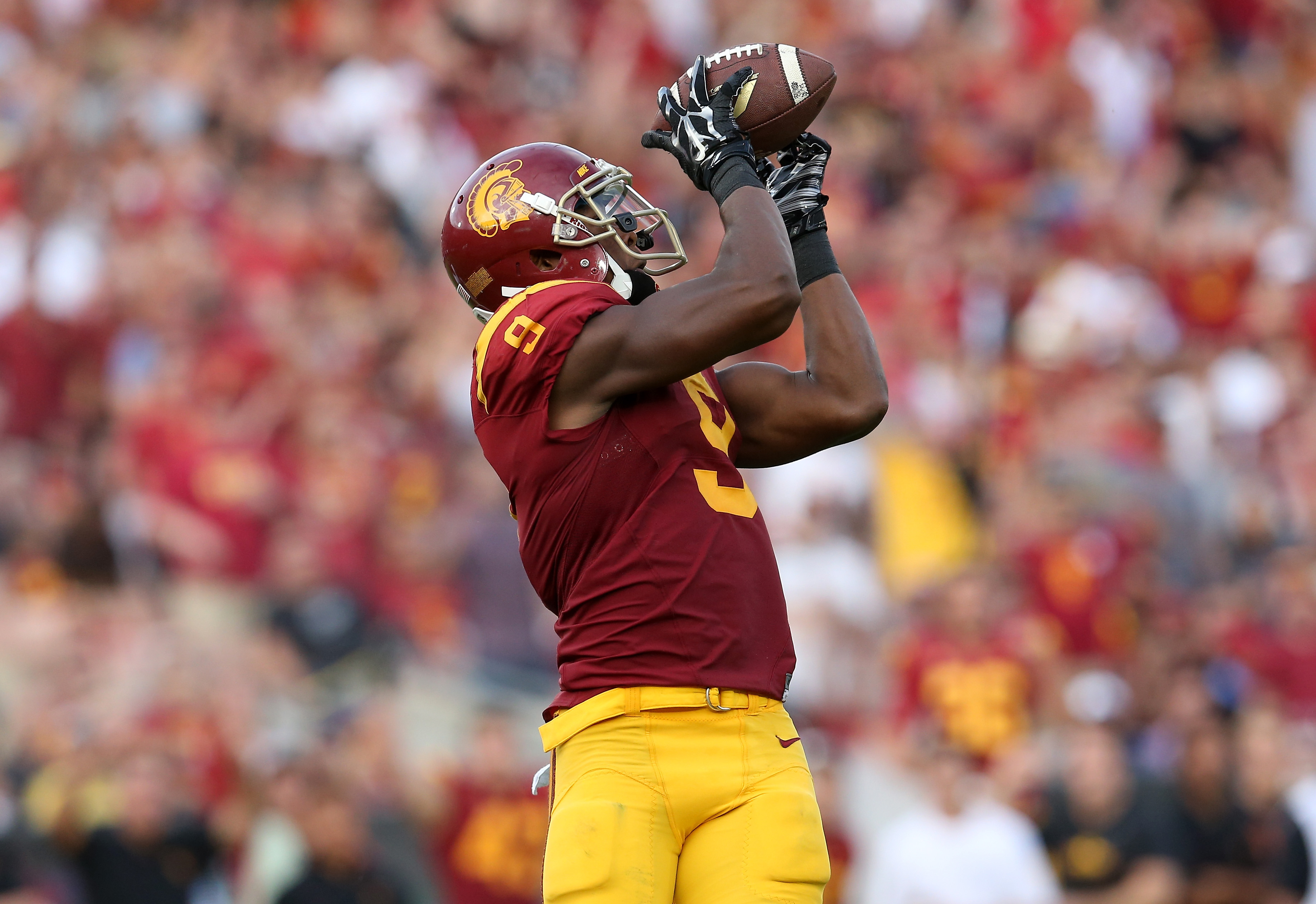 LOS ANGELES, CA - SEPTEMBER 12: Wide receiver JuJu Smith-Schuster #9 of the USC Trojans catches the ball before carrying it into the zone on a 50 yard touchdown pass play in tthe first quarter against the Idaho Vandals at Los Angeles Memorial Coliseum on September 12, 2015 in Los Angeles, California. (Photo by Stephen Dunn/Getty Images)