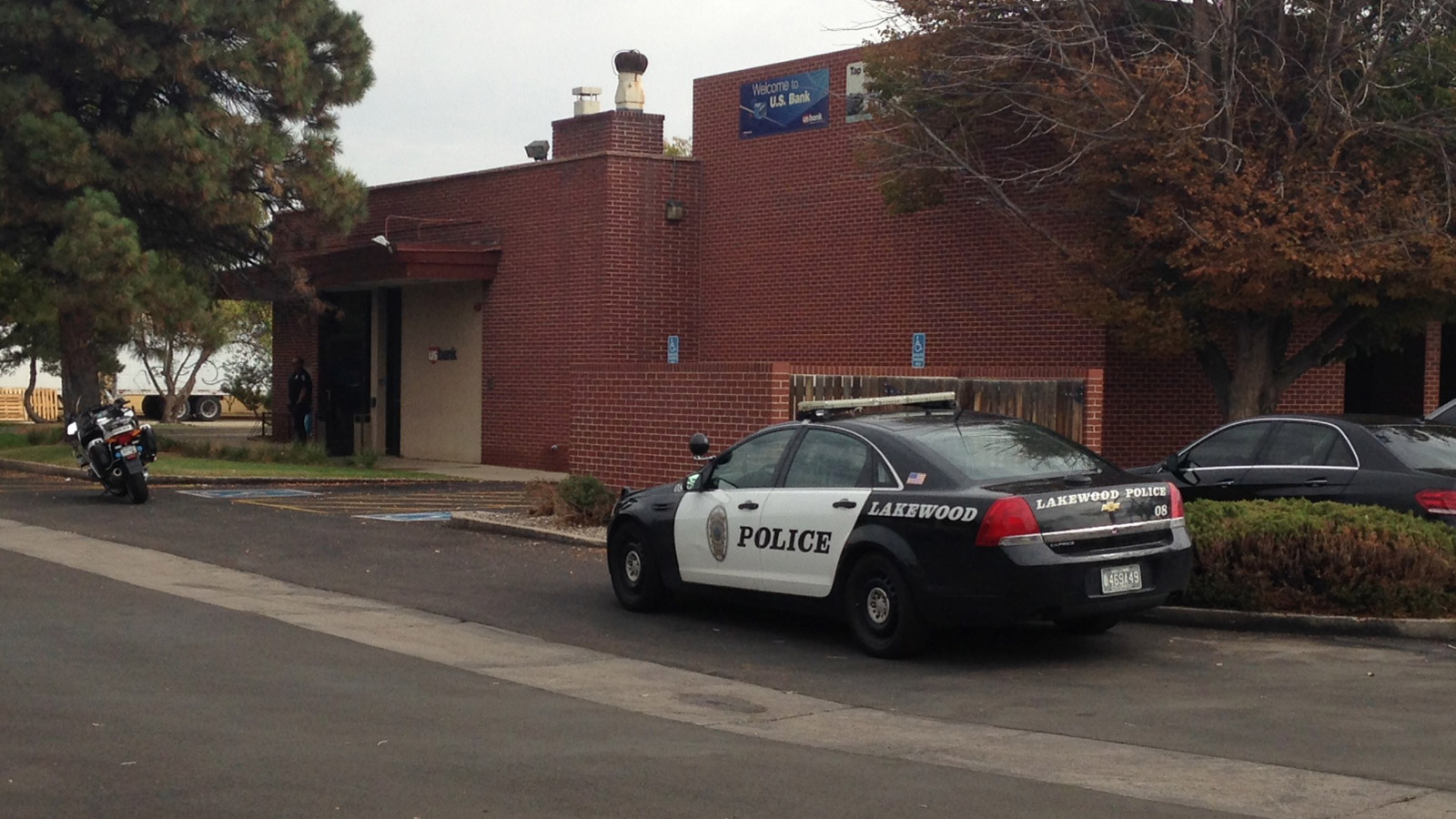 Police in Lakewood searched for a bank robber at the US Bank at 14th and Carr (credit: CBS)