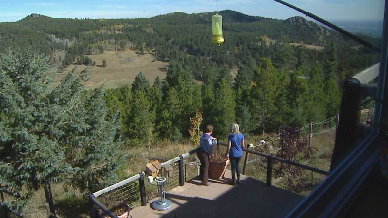 CBS4 Weather Watcher Bambi Moss shows Meteorologist Lauren Whitney her home weather station. (credit: CBS)