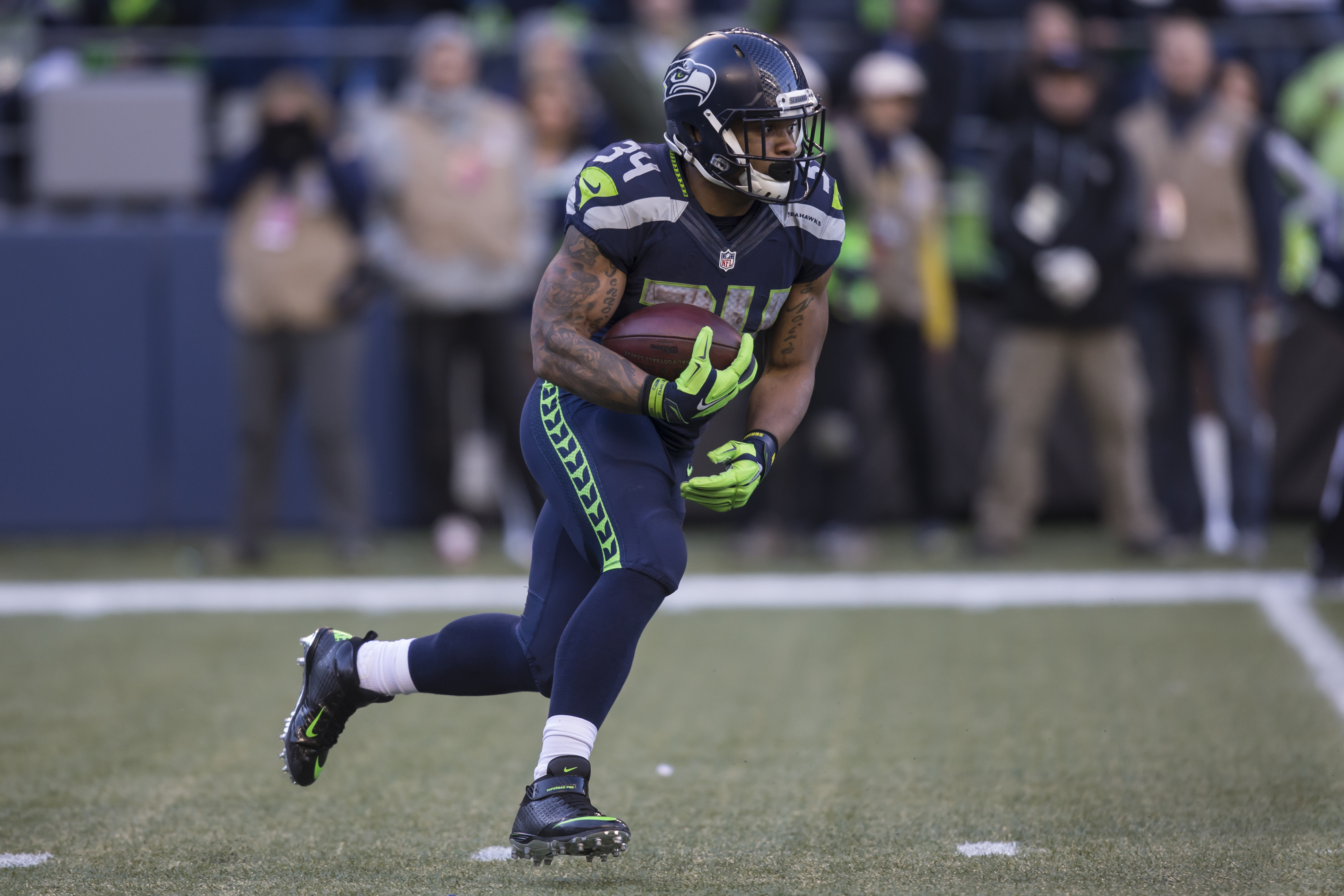 Thomas Rawls of the Seattle Seahawks runs with the ball against the San Francisco 49ers at CenturyLink Field on Nov. 22, 2015. (credit: Stephen Brashear/Getty Images)