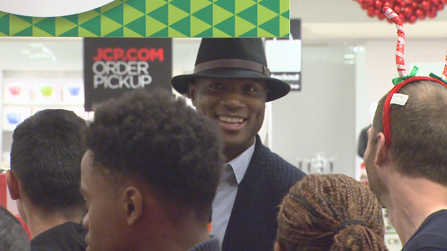 DeMarcus Ware at a shopping spree for Giving Tuesday (credit: CBS)