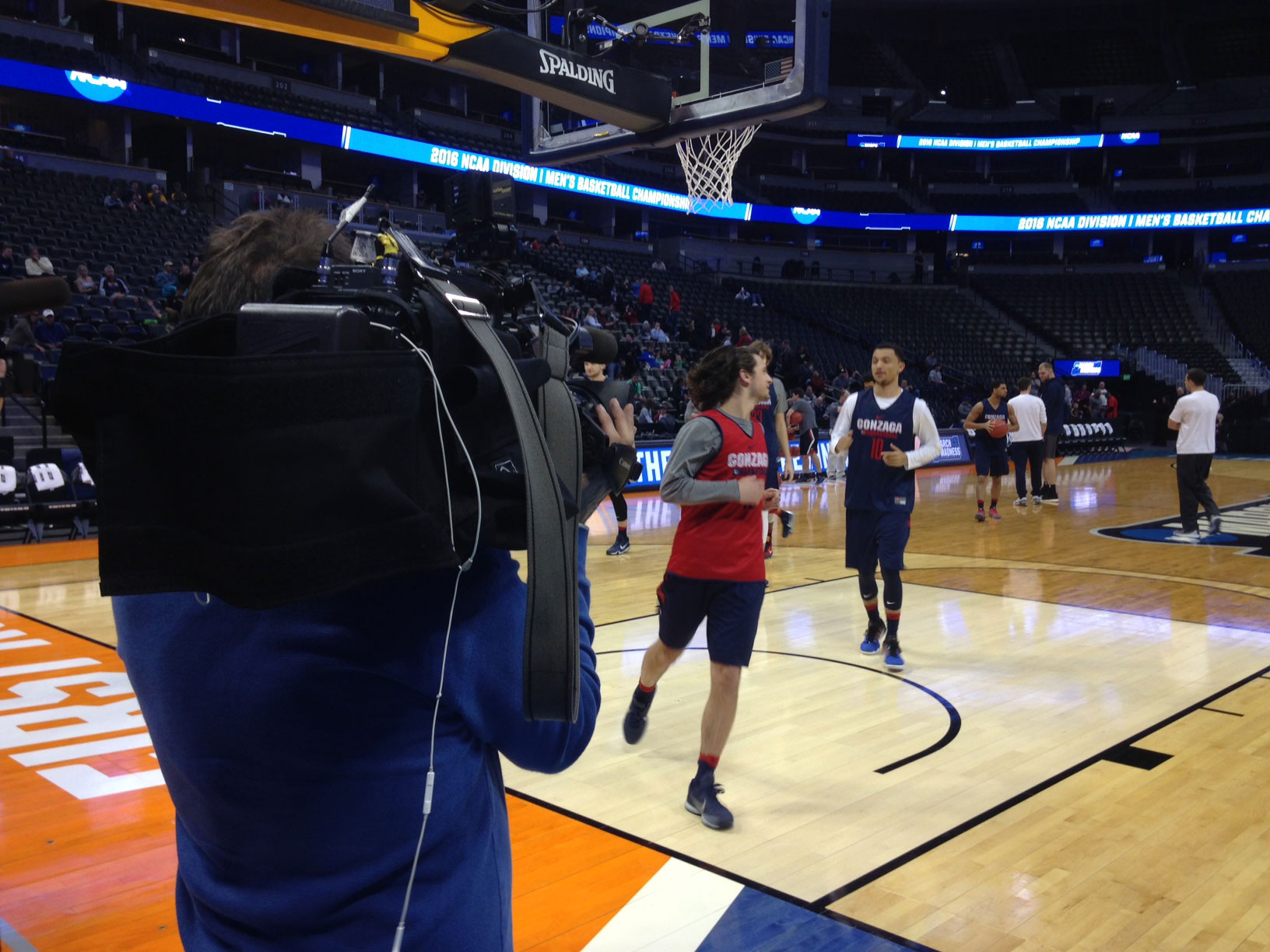 CBS4 photojournalist David Wille getting video of Gonzaga practicing (credit: CBS)