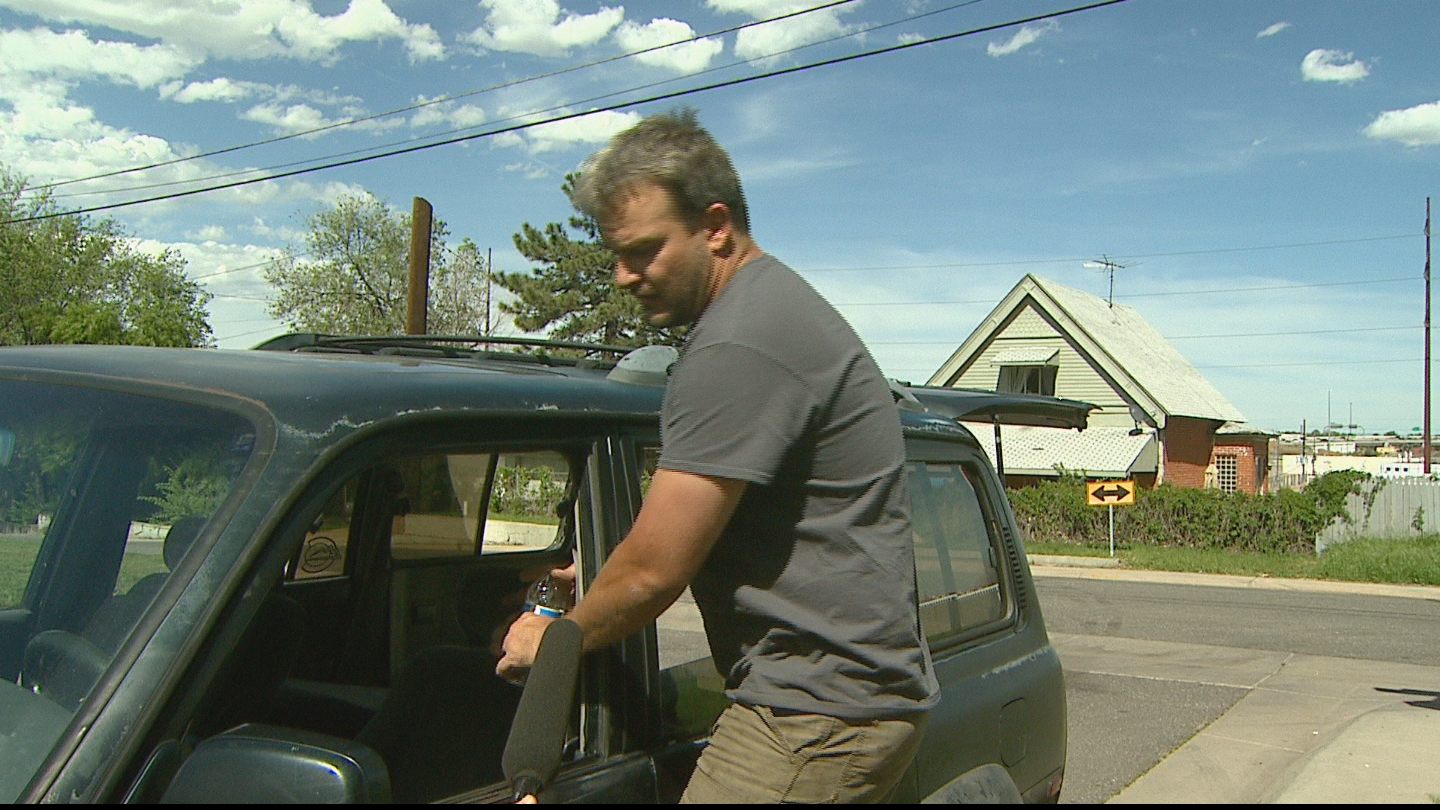 Luke Kusner demonstrates how he tried to fight off the carjacker (credit: CBS)