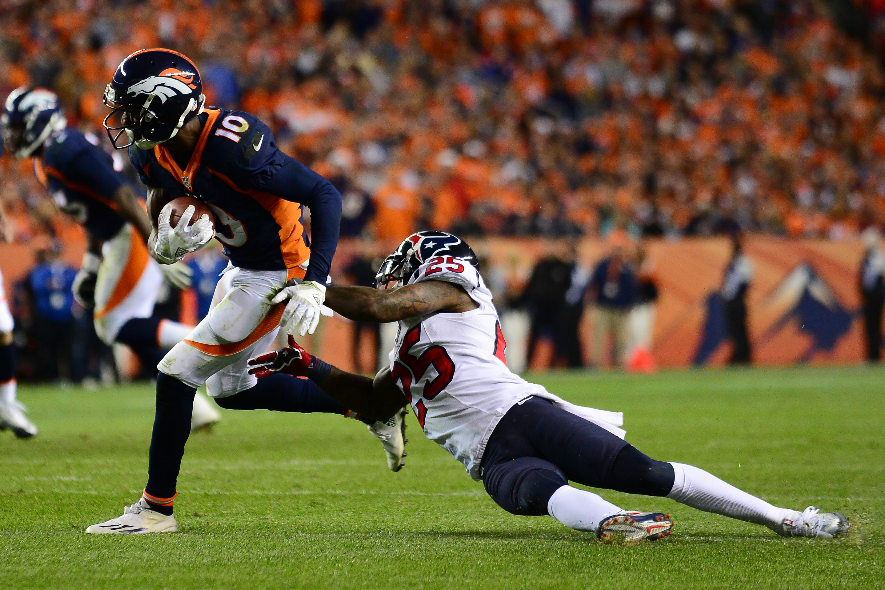 DENVER, CO - OCTOBER 24:  Wide receiver Emmanuel Sanders #10 of the Denver Broncos makes a catch in the red zone while defended by cornerback Kareem Jackson #25 of the Houston Texans at Sports Authority Field at Mile High on October 24, 2016 in Denver, Colorado. (Photo by Dustin Bradford/Getty Images)