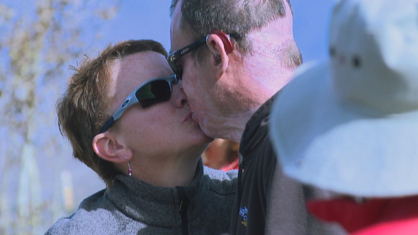 Dave Repsher kisses his wife Amanda (credit: CBS)