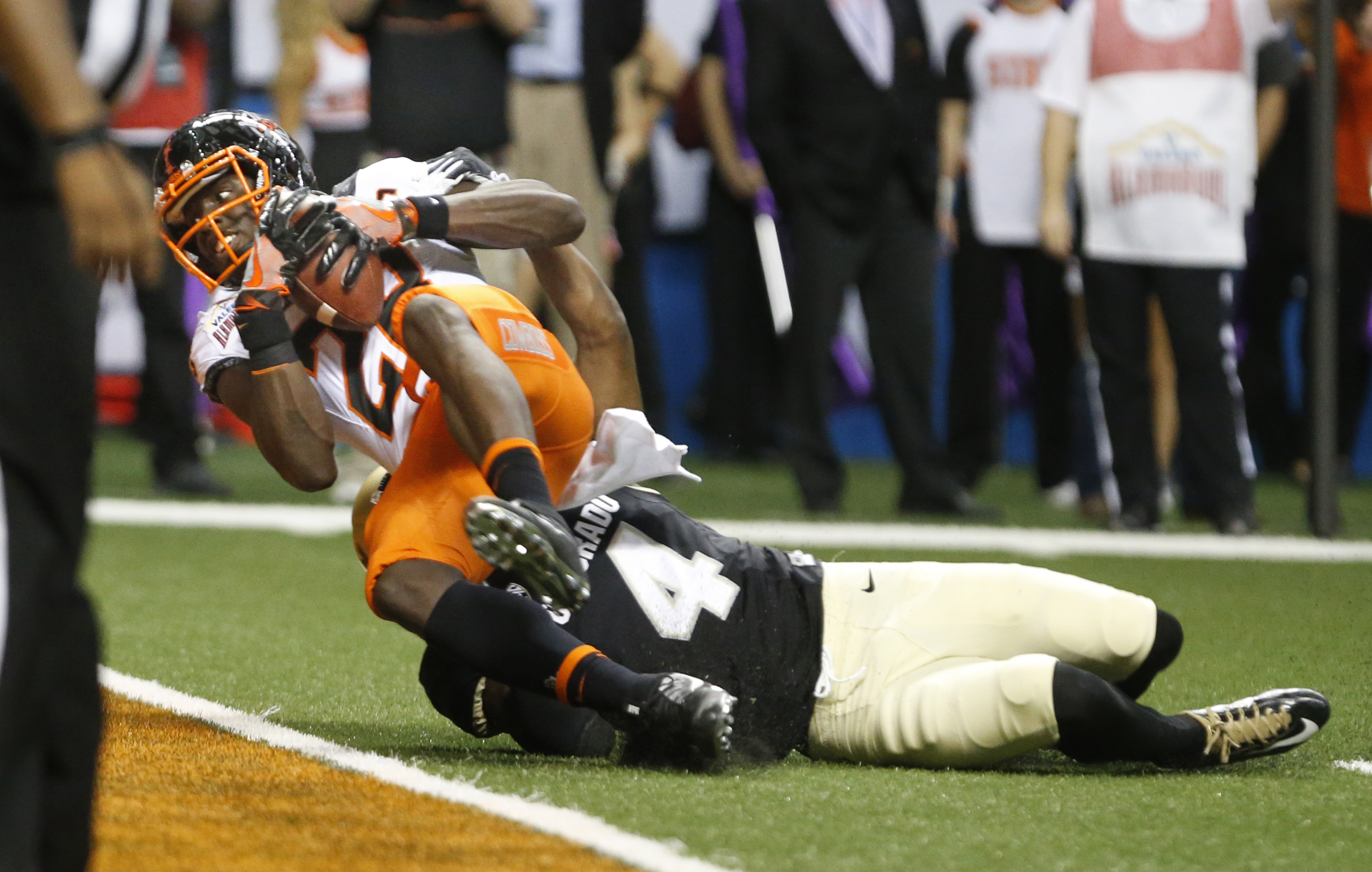 SAN ANTONIO,TX - DECEMBER 29: James Washington #28 of the Oklahoma State Cowboys catches a pass completion for their second touchdown as Chidobe Awuzie #4 of the Colorado Buffaloes defends in the Valero Alamo Bowl at the Alamodome on December 29, 2016 in San Antonio, Texas. (Photo by Ronald Cortes/Getty Images)