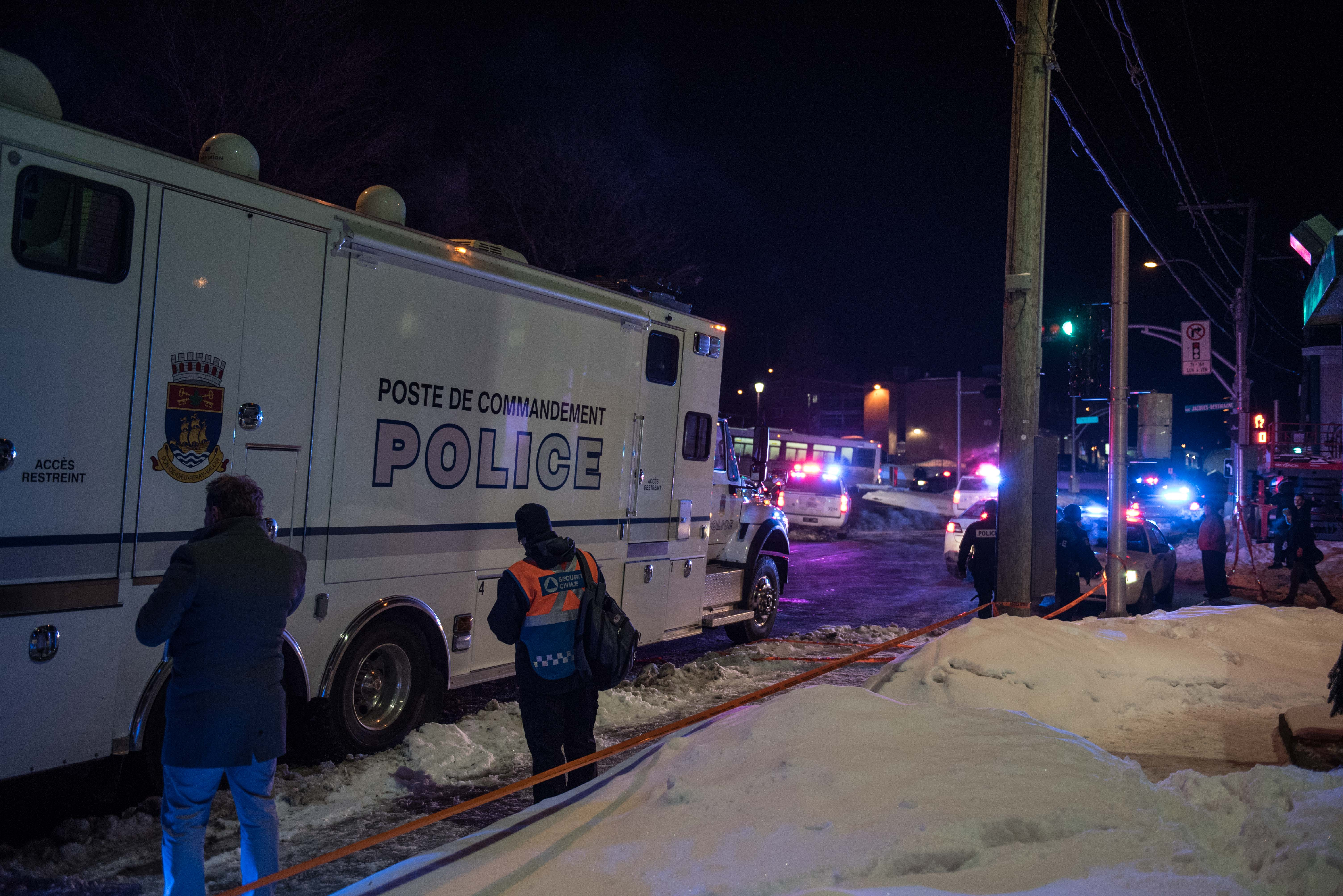 Canadian police officers respond to a shooting in a mosque at the Québec City Islamic cultural center on Sainte-Foy Street in Quebec city (credit: ALICE CHICHE/AFP/Getty Images)
